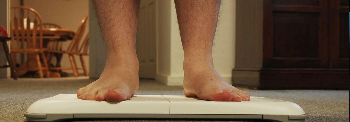 En overvægtig person der vejer sig